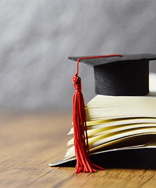 卒業帽子と赤い飾り紐