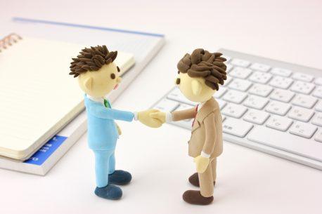 握手をする男性の人形