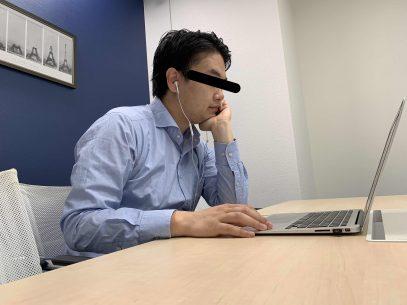 パソコンを見つめる加藤さん